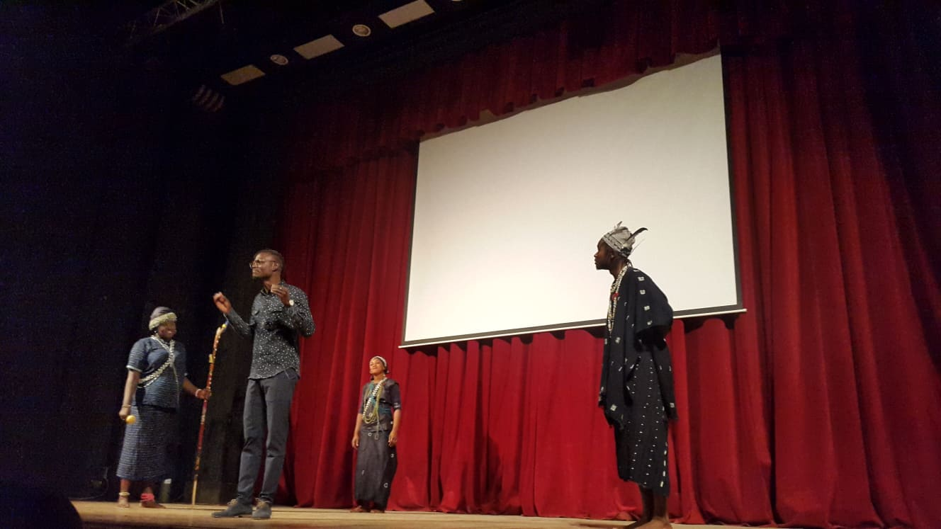Théâtre: Au Festival de Béjaia, une pièce sénégalaise répond à Nicolas Sarkozy