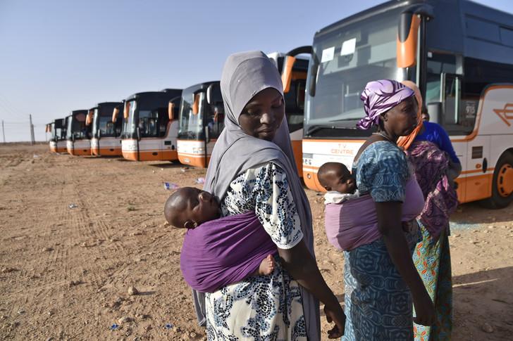 وهران: ترحيل 176 مهاجرا من دول الصحراء الإفريقية
