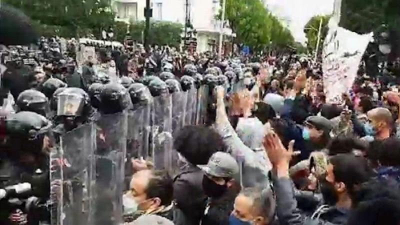 مئات التونسيين يتظاهرون بالعاصمة في تصعيد للاحتجاجات ضد الحكومة