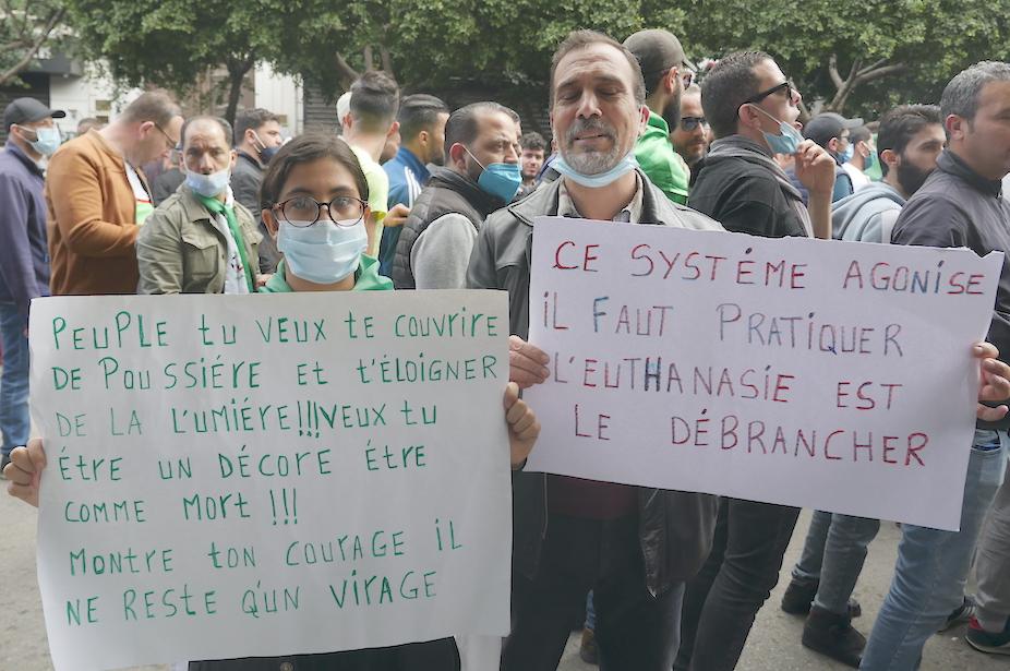 Alger : ce que nous enseigne la sémantique des pancartes du Hirak