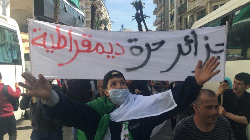 حراك: ماذا كتب الجزائريون والجزائريات على اللافتات في الجمعة العاشرة بعد المئة ؟