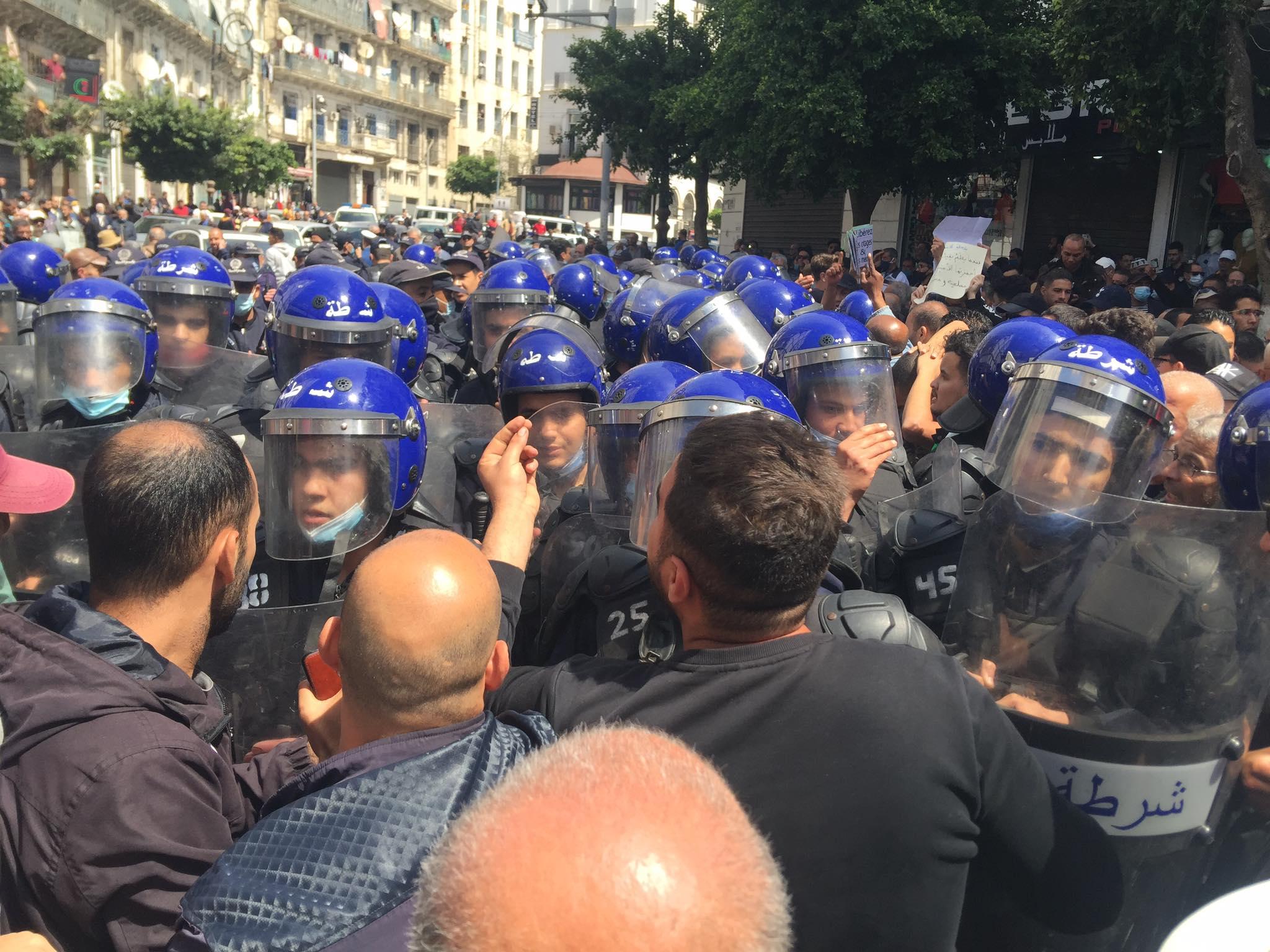 Alger : les forces de l'ordre encerclent les manifestants (vidéo)