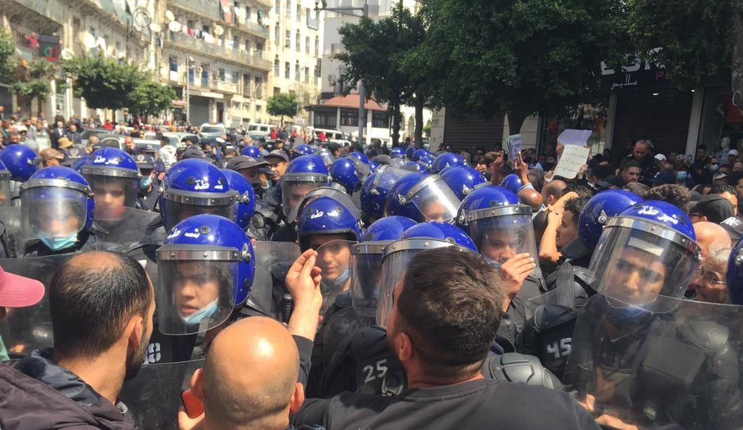 حراك الثلاثاء بالصّور: الأمن يُحاول إجهاض المسيرة والمتظاهرين يتمسّكون بالسلمية