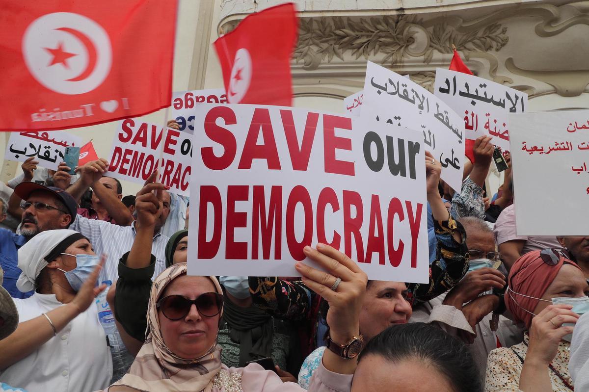 تونس: مظاهرات ضدّ قيس سعيد والأمن يستعمل الغاز المسيل للدموع